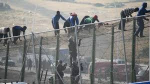 """500 مهاجر حاولوا اقتحام معبر تاراخال.. استمرار """"الغزوات"""" على سبتة"""