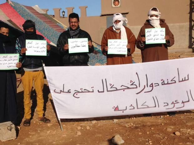 بالصور من ضواحي كلميم.. شباب يحتج ضد محمية قطرية لطائر الحبار