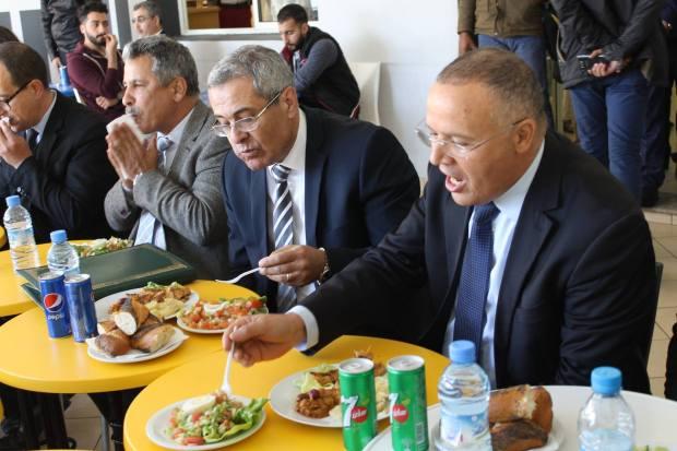 """بالصور من المحمدية.. الوزير بن عبد القادر """"يمشي في الكلية ويأكل في البيفيت""""!!"""