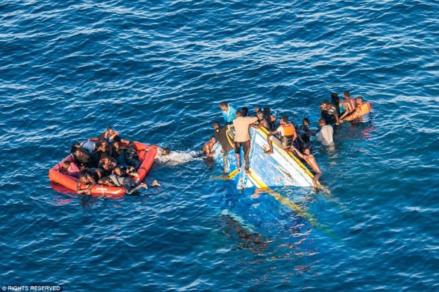 غرق 20 إفريقيا في سواحل الناظور.. مغربيان ضمن الضحايا والشرطة تحرس الناجي الوحيد