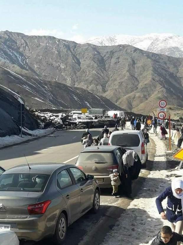 بالصور من تيزي نتيشكا.. انهيار جبلي يربك حركة السير لأزيد من ساعتين