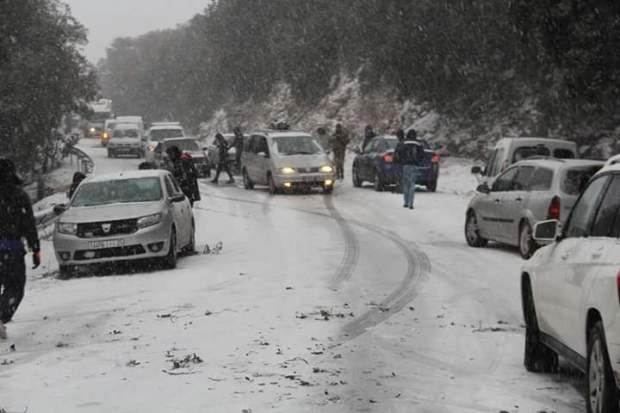 5 طرق وطنية و7 جهوية و26 محلية.. الثلوج تحاصر المغرب! (صور)
