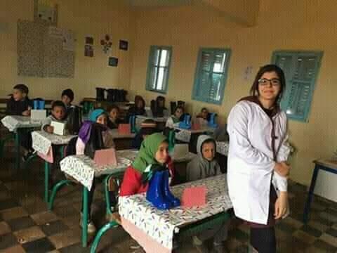 برافو عليها.. أستاذة توزع أحذية وجوارب على تلاميذها لمقاومة البرد (صور)