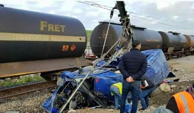 بالصور من طنجة.. ستة قتلى و14 جريحا في اصطدام قطار بحافلة لنقل العمال