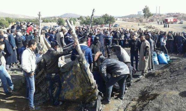 بالصور من جرادة.. انهيار بئر لاستخراج الفحم ومحاولات لاستخراج عامل