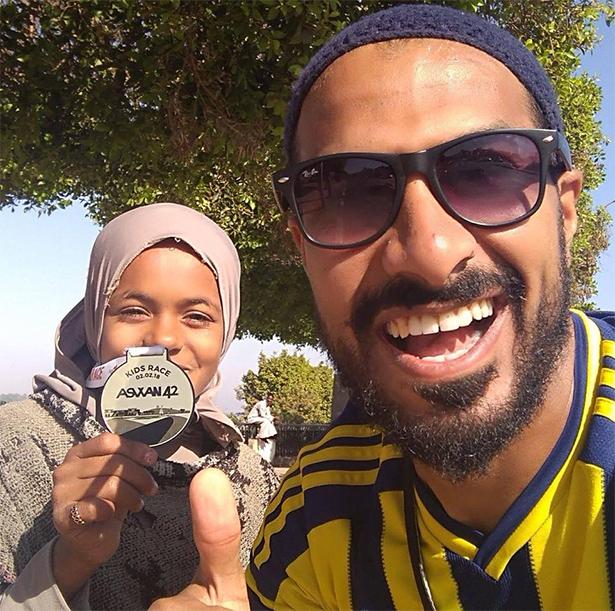 بالصور والفيديو من مصر.. طفلة حافية تخلق المفاجأة في ماراثون للجري!