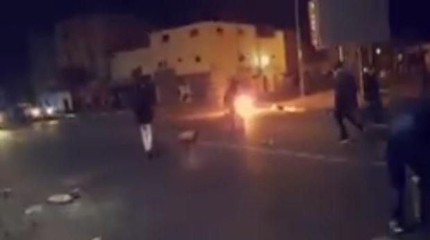 تفجير قنينات غاز ورشق الأمن بالحجارة في الداخلة.. البوليساريو رجعات للتشرميل! (فيديو)