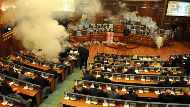 بالفيديو من كوسوفو.. إطلاق قنابل مسيلة للدموع داخل البرلمان!!