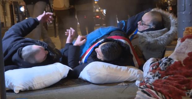علاش ديالونا ما يديروهاش.. سياسيون فرنسيون ينامون في الشارع تضامنا مع المشردين! (فيديو)