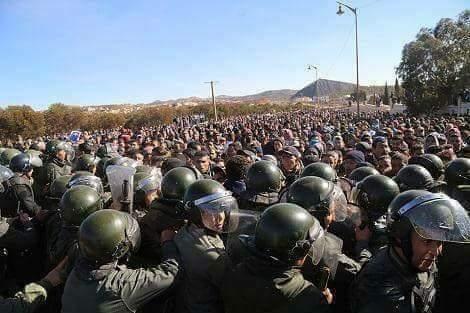 توقيف 9 أشخاص/ إحراق 5 سيارات/ ملثمون رشقوا الأمن بالحجارة.. سلطات جرادة تقدم روايتها لأحداث العنف