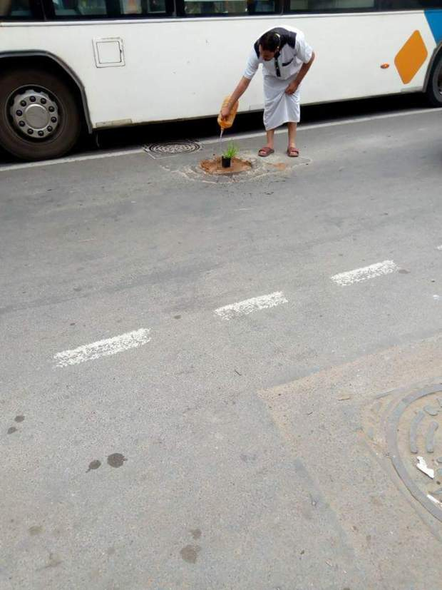 بالصور من الدشيرة.. أسلوب مبتكر للاحتجاج على رداءة البنية التحتية