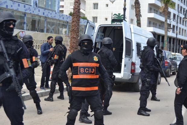 بندقية صيد وخراطيش وبذل شبه عسكرية و8 معتقلين.. إجهاض مخطط إرهابي في طنجة وواد زم