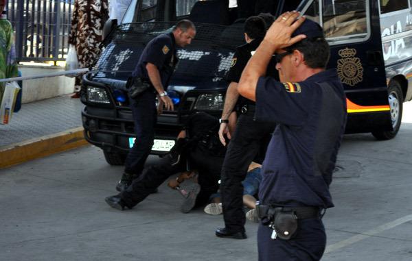 بالفيديو.. بوليسي إسباني يعتدي على مغربي بالركل والرفس
