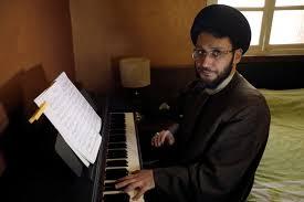 بالفيديو من لبنان.. ضجة حول رجل دين يعزف على البيانو
