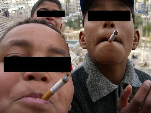 حضيو وليداتكم.. التدخين في سن مبكر يزيد خطر الإصابة بالاضطراب العقلي