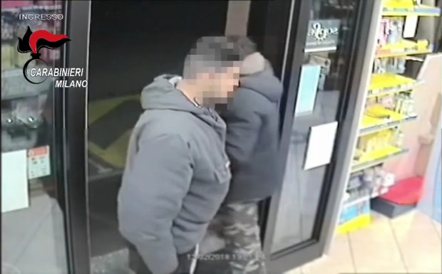 بالفيديو من إيطاليا.. اعتقال مهاجرين مغربيين متخصصين في سرقة المحلات التجارية