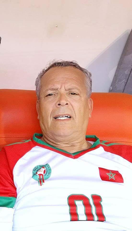 لخضر بلومي لبس التوني…والشعب الجزائري يشجع المنتخب الوطني في روسيا