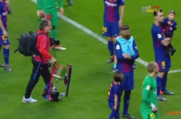 كأس ملك اسبانيا… لاعبي برشلونة خلاو الكاس وتبعو ولادهم