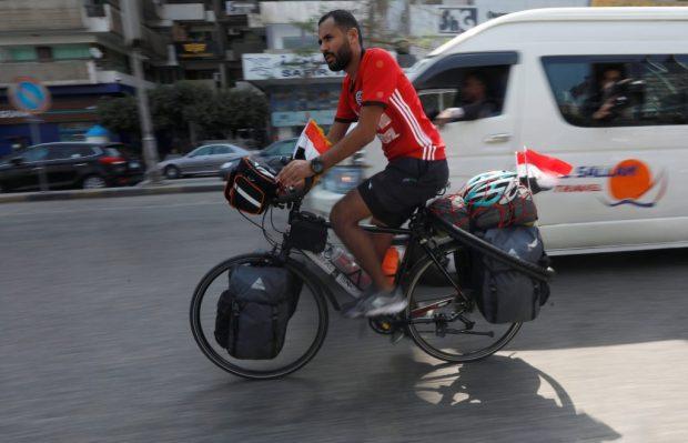 سيقطع 5 آلاف كيلومتر.. مصري يتجه لحضور كأس العالم على دراجة