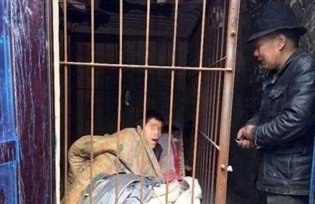 لأكثر من 20 سنة.. ياباني يحتجز ابنه في قفص