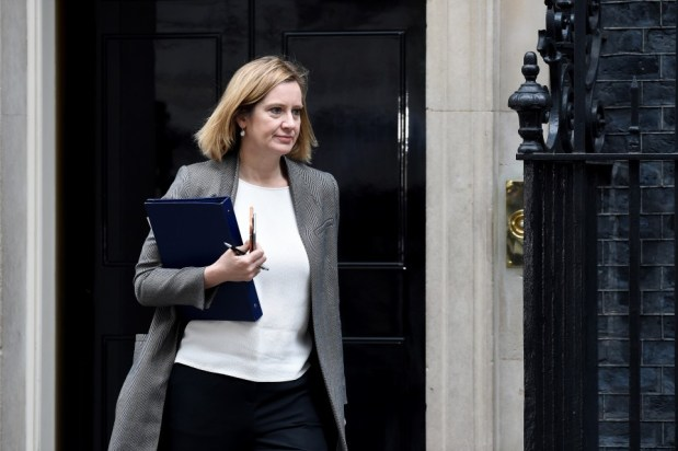 بعد انتقادات بسبب تصريحات حول الهجرة.. استقالة وزيرة الداخلية البريطانية
