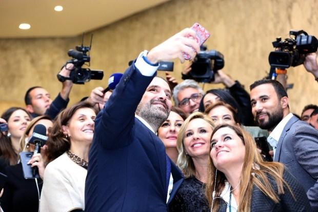 داير الحملة فالانترنت.. الحريري يطلق تطبيقا لتحميل صور السيلفي التي التقطها