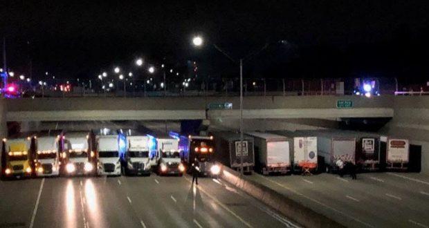 لمنع رجل من الانتحار.. الشرطة الأمريكية تستعين بشاحنات لقطع الطريق