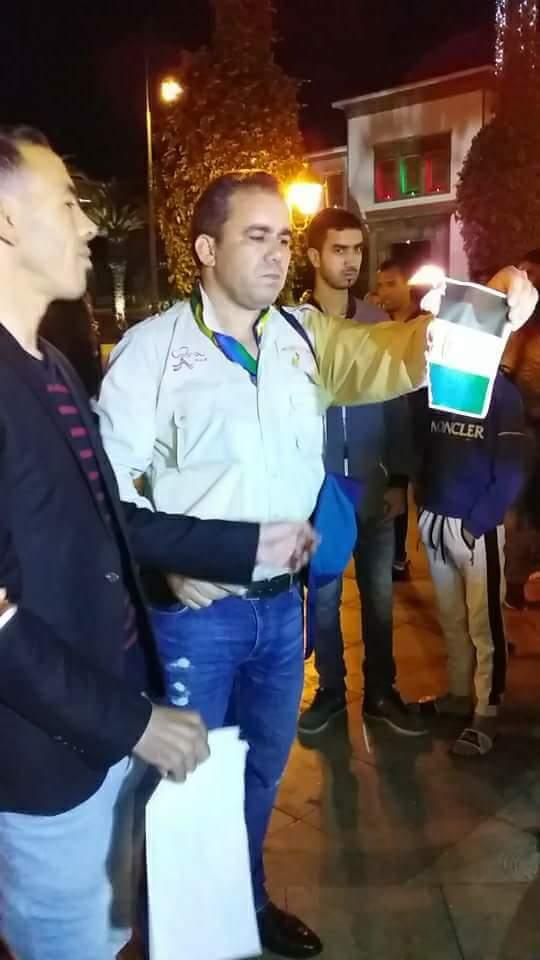 """بالصور من الرباط.. إحراق """"أعلام"""" البوليساريو أمام البرلمان"""