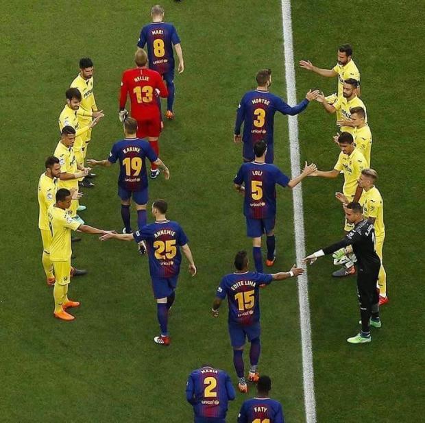 على ملعب كامب نو.. لاعبو برشلونة يرتدون قمصانا بأسماء نسائية!!