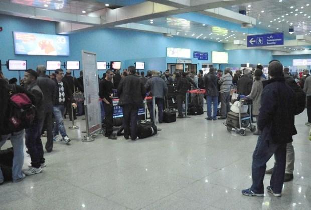 بالفيديو من الجزائر.. 70 مغربيا عالقون في مطار هواري بومدين