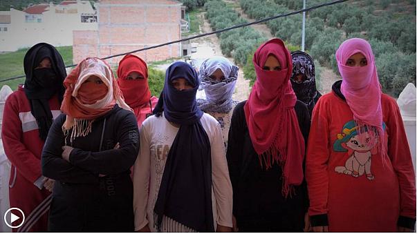 تعرضن للتحرش الجنسي.. شهادات صادمة لمغربيات في حقول الفراولة في إسبانيا (فيديو)