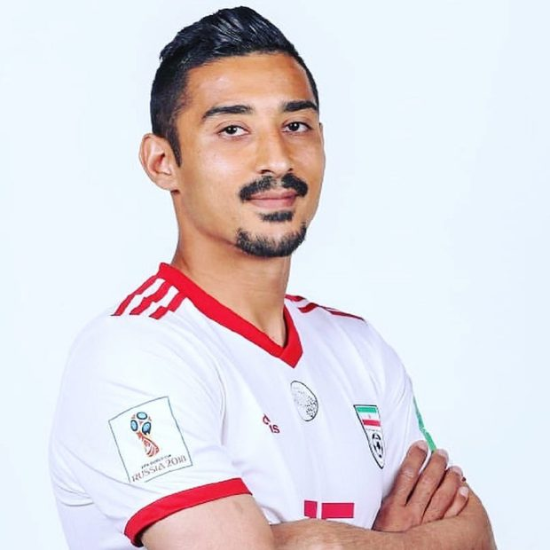 أخلاق النبلاء.. لاعب إيراني يواسي عزيز بوهدوز