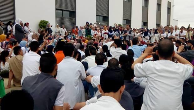 """عددهم يقارب 20 ألفا.. عمال شركة """"دلفي"""" دايرين إضراب (صور)"""