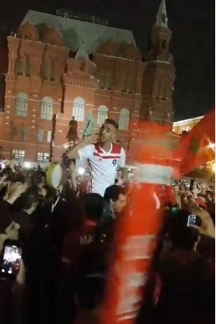 """مقابلة الحسم.. مئات المغاربة """"يحتلون"""" وسط موسكو بالنشيد الوطني تحميسا للأسود"""