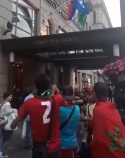 لبوا نداء الفايس بوك.. الجمهور المغربي يشجع الأسود من الفندق (فيديو)