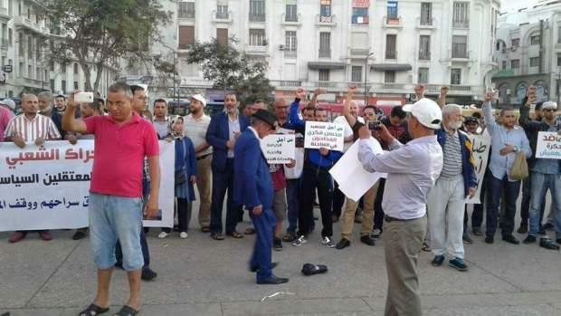 """""""التضامن"""" مع مُعتقلي حراك الريف.. """"دوزيم تطلع برّا"""" مطلب آخر في وقفة كازا!! (صور)"""
