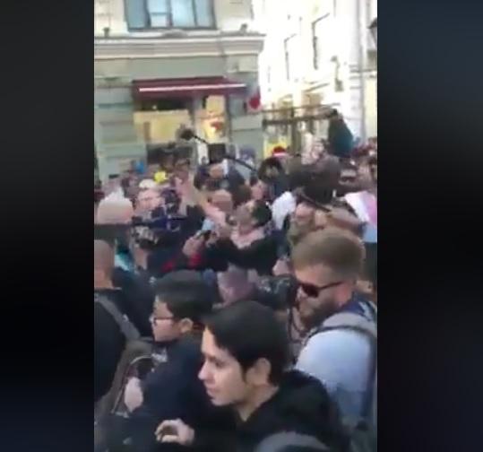 """رفعوا شعار """"السعودية خونة"""".. مغاربة يحاصرون الوفد السعودي في موسكو بالاحتجاج"""
