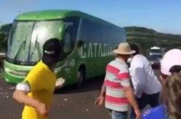 حيث خرجو من الربع.. جمهور البرازيل يستقبل اللاعبين بالبيض والحجارة (صور وفيديو)
