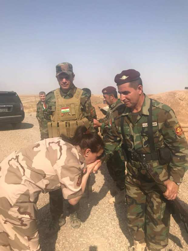 تقبل أيادي مقاتلي البيشمركة.. مليكة مزان في كردستان (صور)
