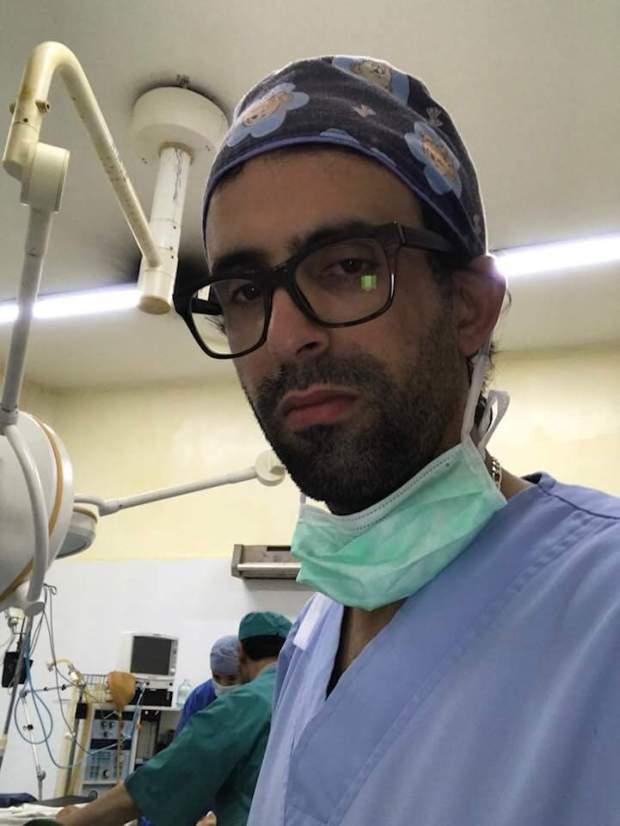 مناصروه يعتبرونه طبيب الفقراء والإدارة تتهمه بأخطاء مهنية.. القصة الكاملة للطبيب الشافعي