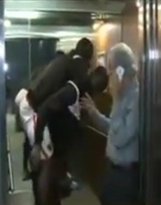 صاحبك في الشدة.. مدافع الأهلي يحمل زميله على ظهره بعد الإصابة (فيديو)
