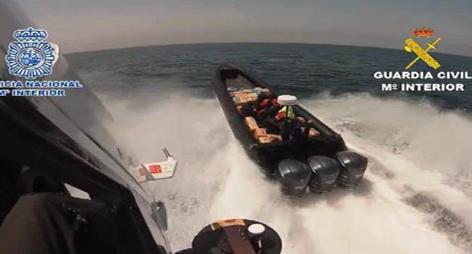 ضربوا وهربوا.. إسبانيا تفشل في اعتقال مهربين في ساحل سبتة