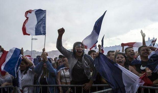 بالفيديو والصور.. فرحة هستيرية في شوارع فرنسا بكأس العالم