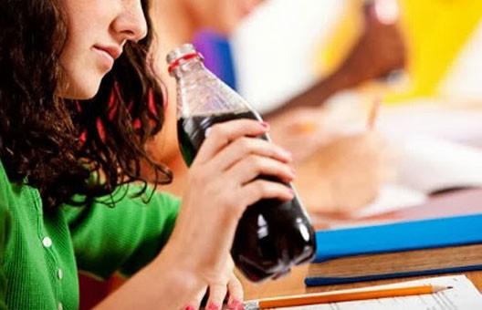 السكري والسمنة والكبد وحتى الخصوبة.. تأثيرات خطيرة للمشروبات الغازية