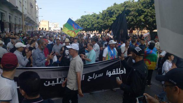 """مسيرة الرباط.. عائلات المعتقلين """"تزيح"""" القيادات السياسية! (صور)"""