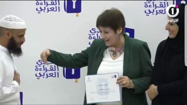 بالفيديو.. قارئ شاب خلّى الوزيرة الجزائرية بن غبريط بلاكة!