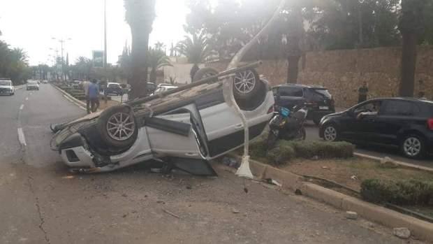 طوموبيل ضربات موطور ودخلات فبوطو ديال الضو وتقلبات.. حادثة خطيرة في أكادير (صور)