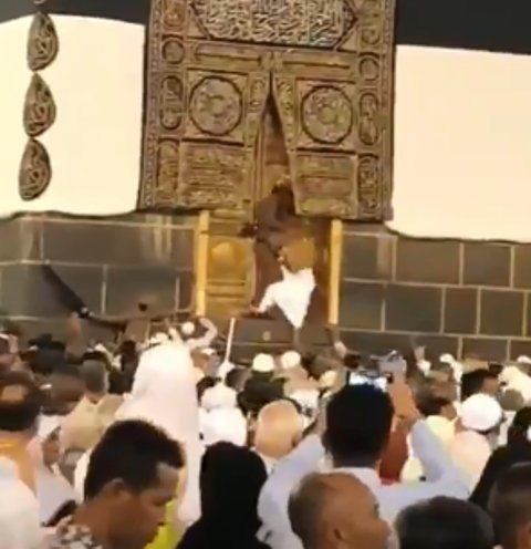 بالفيديو.. معتمر باغي يحل باب الكعبة!