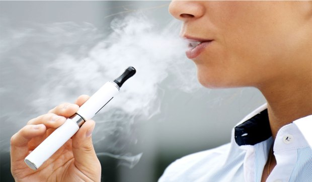 يسبب ضررا للرئتين.. التدخين الإلكتروني يهدد صحتكم