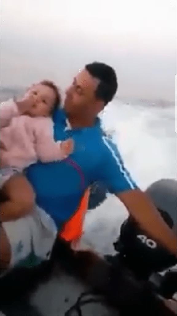 الحماق فيه وفيه.. جزائري حرّك معاه بنتو عمرها عامين! (فيديو)
